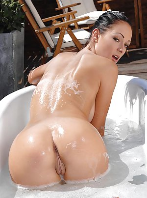 Huge Ass in Bath Pics